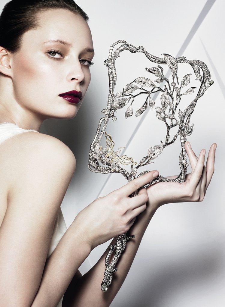 2012年慶祝英國女王登基60年「Brilliant鑽禧」珠寶特展,推出共重31...