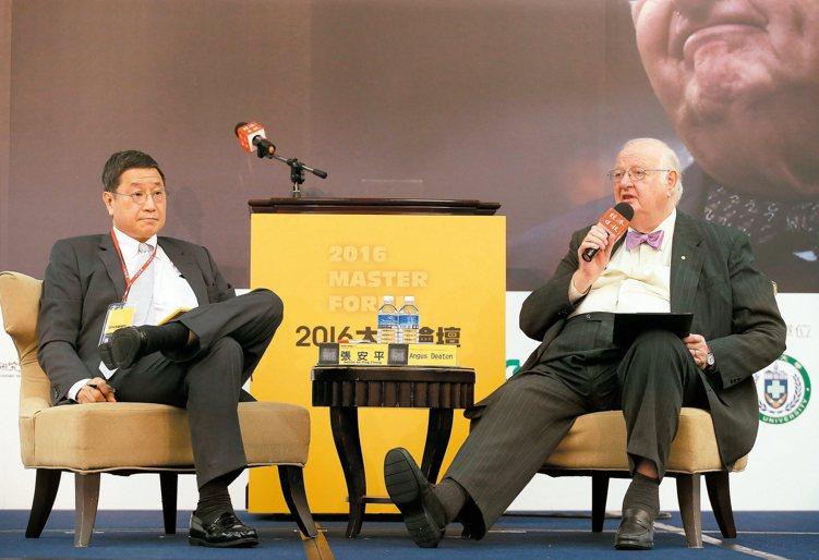 雲朗觀光集團執行長張安平(左)昨天與諾貝爾經濟學獎得主迪頓對談,張安平提到新科技...