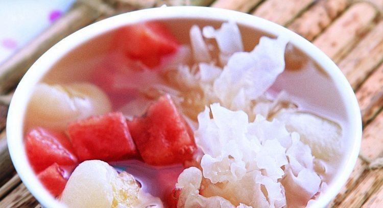 夏日喝點沁涼退火的茶飲或湯品最對味。圖為毛丹銀耳。 圖片來源/鳳凰含章出版社