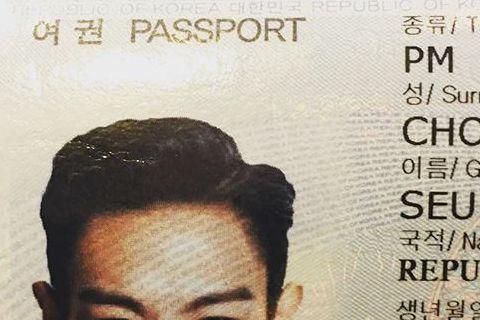 韓國男子組合BigBang成員T.O.P公開護照照片,強烈的目光和立體的五官顯得魅力十足。19日,T.O.P通過個人SNS上傳了一張自己的護照照片。在公開的照片中,T.O.P身穿西裝,幹練的28分髮...