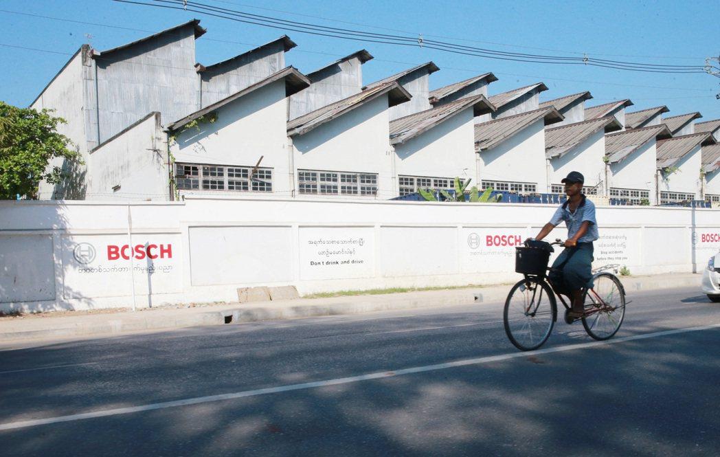 各國紛紛搶進緬甸,圖為德國大廠Bosch在仰光的工廠外牆。 記者黃義書/攝影