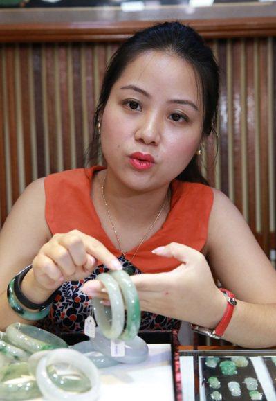 國中畢業就隨父親到緬甸發展的侯舒涵,目前經營一家玉石店。 記者黃義書/攝影