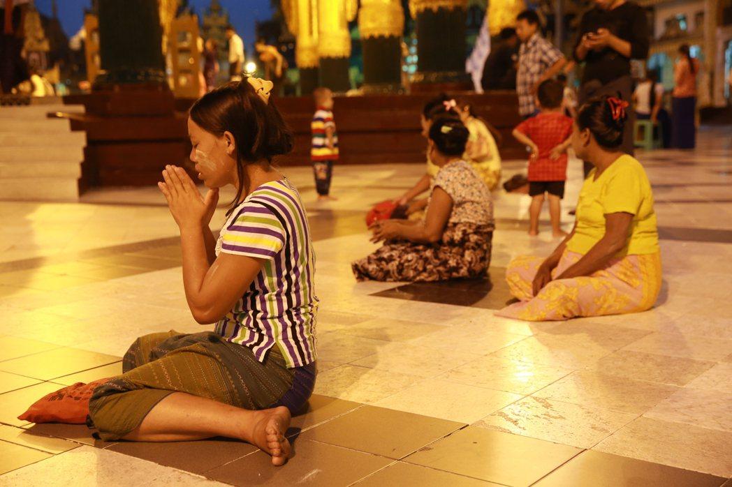 緬甸是佛教大國,大金塔內常見民眾虔誠祝禱。 記者黃義書/攝影