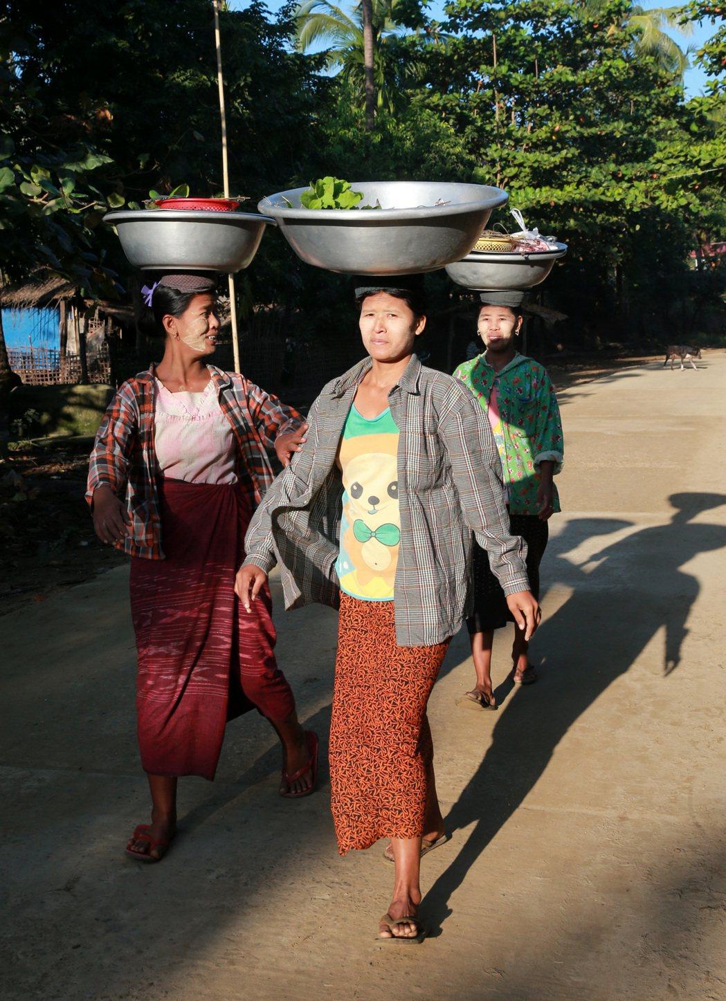 緬甸街頭頂著重物的婦女。 記者黃義書/攝影