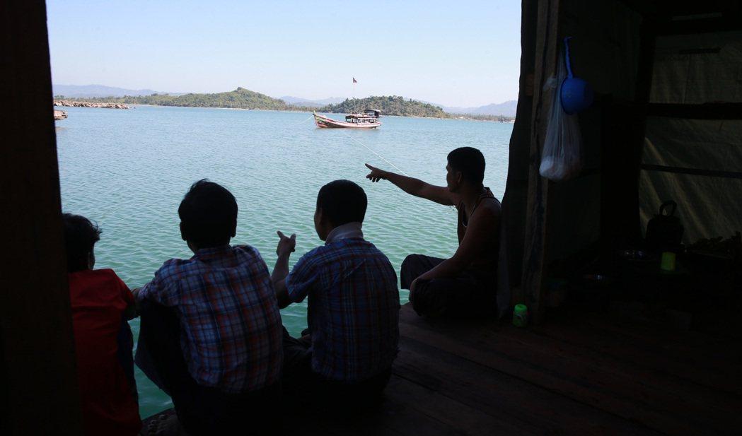 緬甸漁工。 記者黃義書/攝影