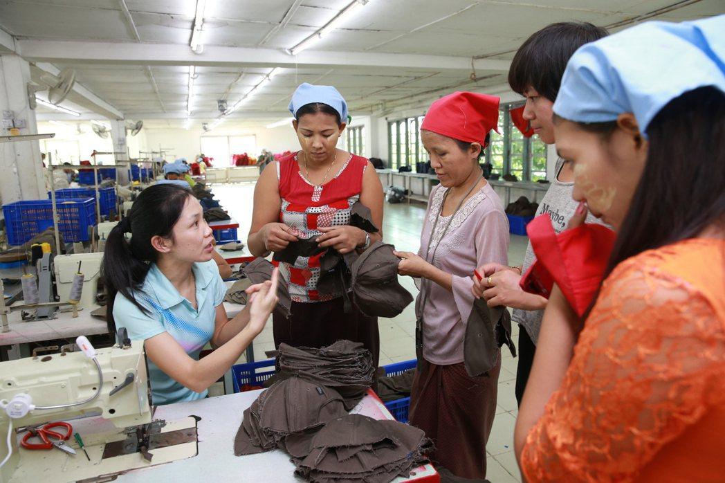緬甸製帽廠女工。 記者黃義書/攝影