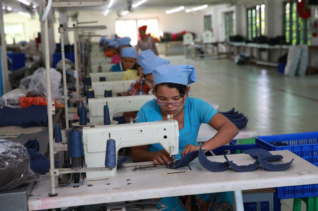 緬甸製帽廠女工工作情況。 記者黃義書/攝影