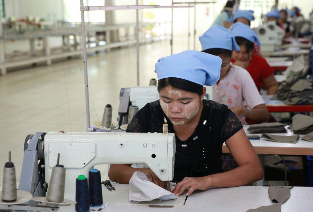 緬甸製帽廠女工正辛勤工作。 記者黃義書/攝影