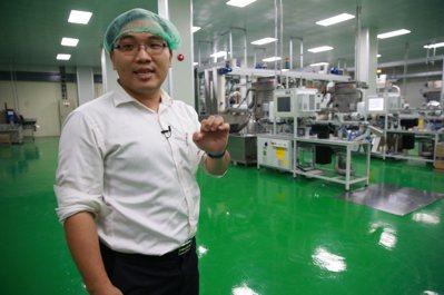 黃資傑在工廠內講解製程。 記者黃義書/攝影