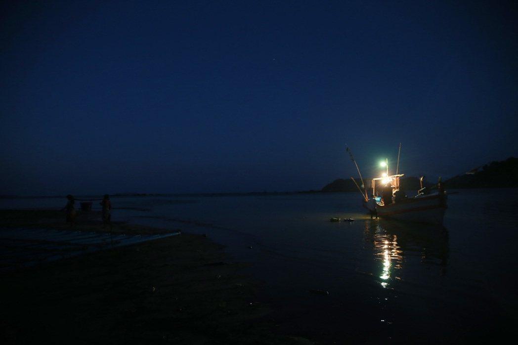 緬甸漁民出海作業。 記者黃義書/攝影