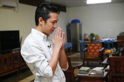 林恆有誠心向從台灣帶來的神明祈求順利。 記者黃義書/攝影