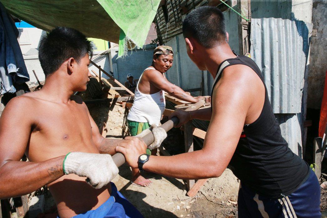 緬甸建築工地工人工作狀況。 記者黃義書/攝影