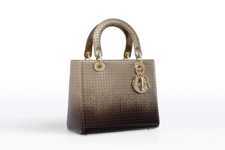 Lady Dior 金色與烏檀色漸層金屬光澤小牛皮中型款提包,14萬8,000元...