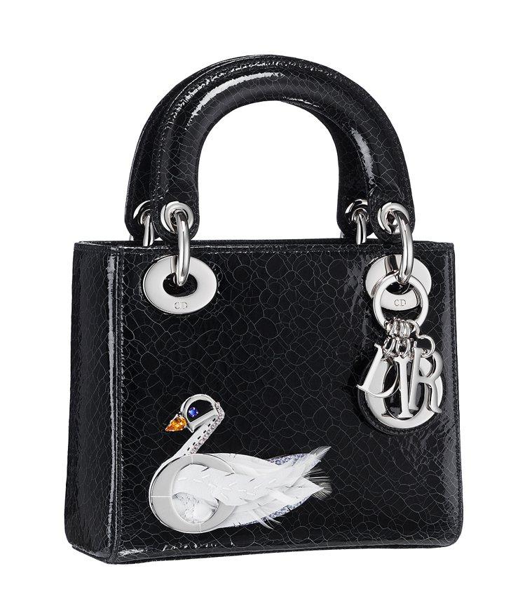 Lady Dior迷你型白天鵝圖騰亮面鹿皮提包,11萬8,000元。圖Dior提...
