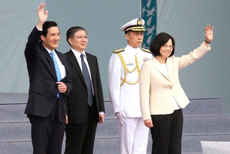 蔡英文總統和馬前總統向大家揮手致意。記者余承翰/攝影