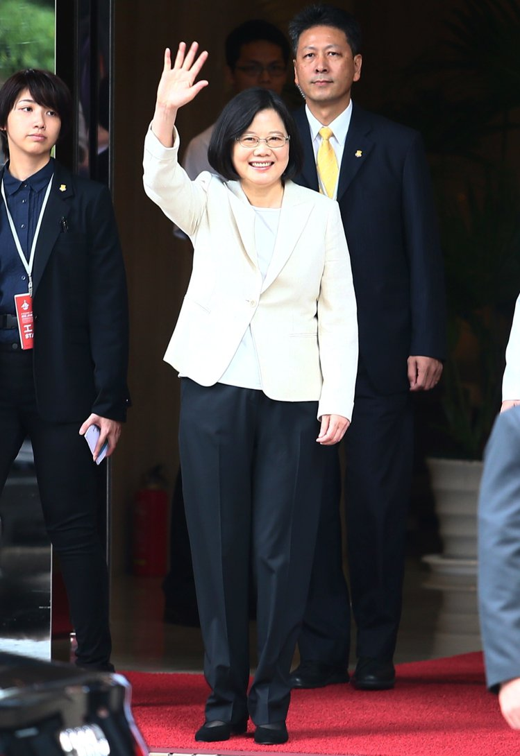 總統蔡英文穿著她最愛的黑白色系褲裝出席就職大典,一逕的低調、平淡與「不時尚」,任...