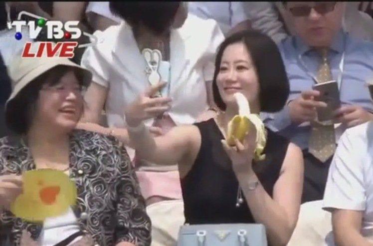 吳思瑤吃香蕉,被T台主播笑噁心。 圖擷自網友備份