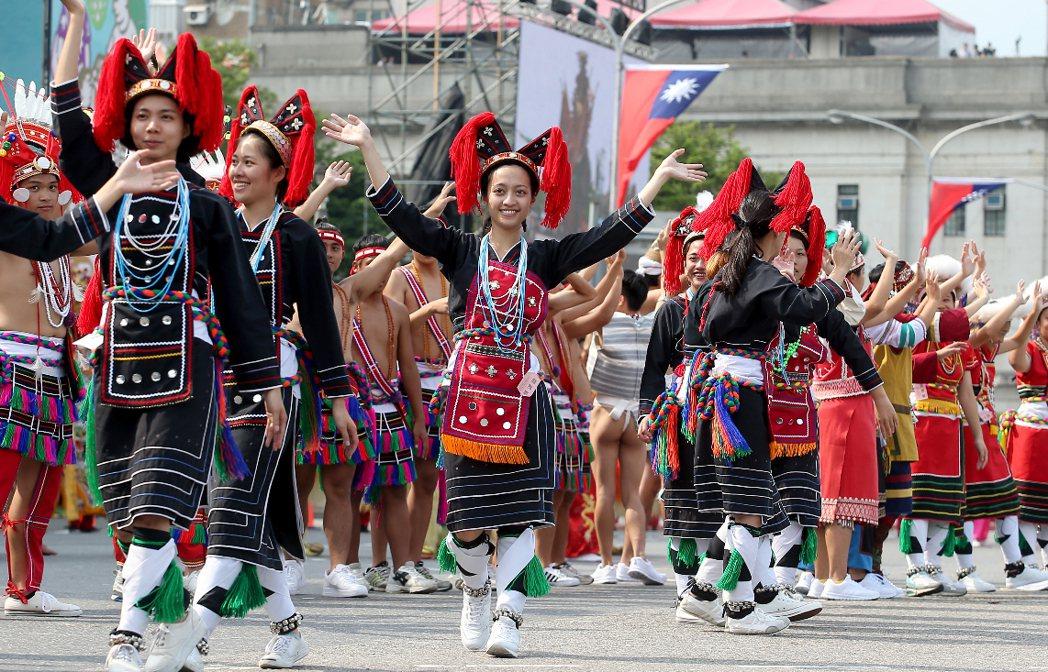 圖為520就職典禮原住民表演者進行最後預演,穿著傳統服飾,展現甜美笑容。 ...