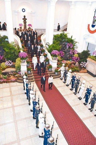 宣誓就職典禮後,蔡英文送馬英九離開總統府。 圖/記者會聯誼會提供