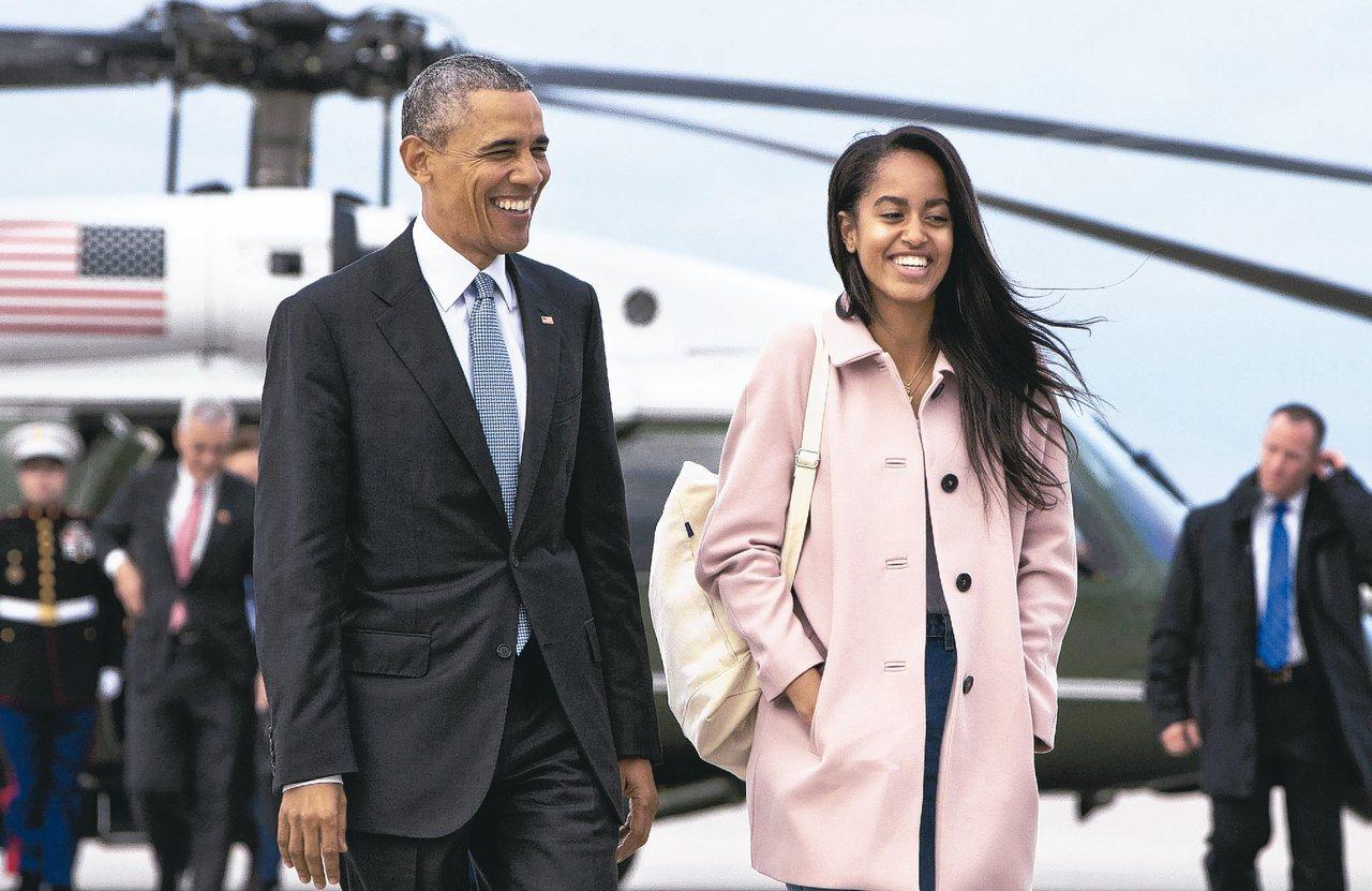 美國第一千金瑪莉亞(右)明年將跟隨父親歐巴馬的腳步,進入哈佛大學就讀。 美聯社
