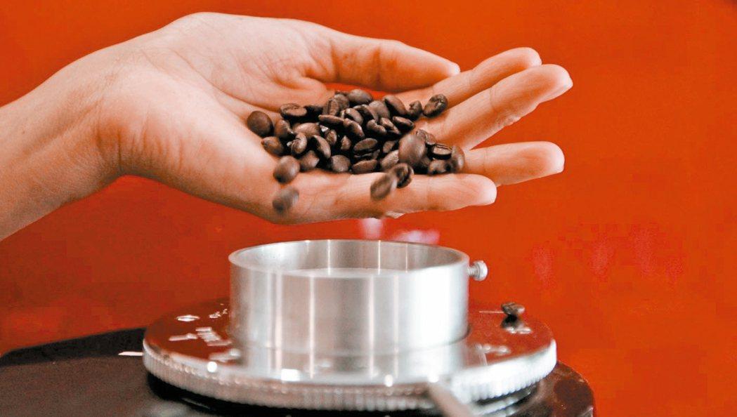 咖啡豆磨成粉。 (路透)
