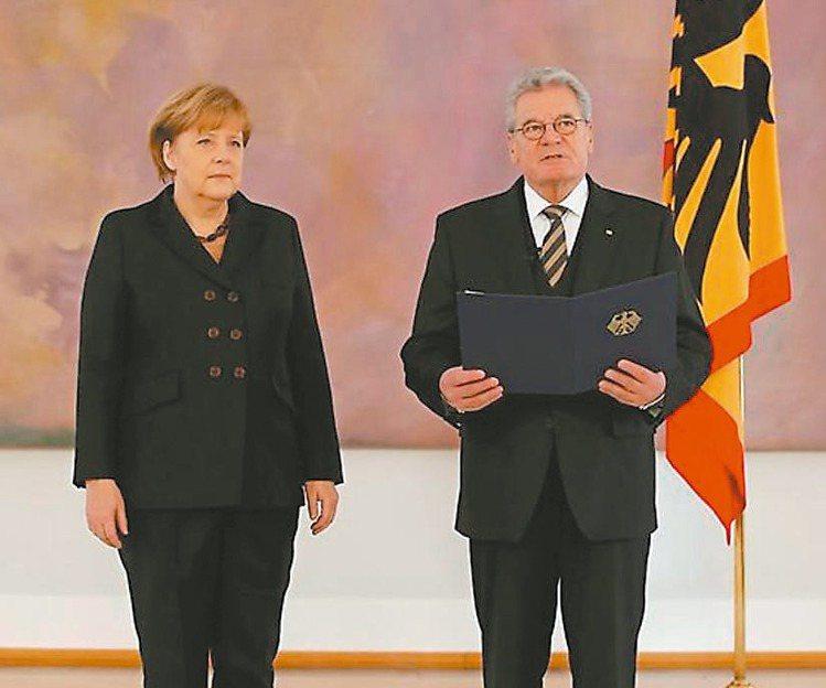 德國總理梅克爾(左)十年前的就職大典穿著黑色褲裝,風格低調保守。 路透