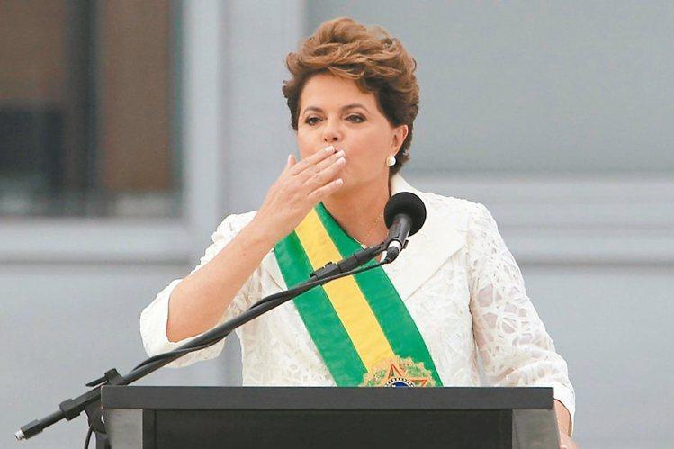 巴西總統羅賽芙 (Dilma Rousseff)兩任就職裝,都選穿象徵聖袍的白色...