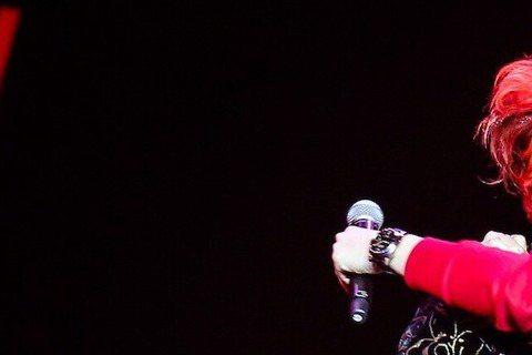 陳志朋21日在北京舉行個人演唱會,昔日的小虎隊隊友蘇有朋,還上台為陳志朋慶生,兩人並在台上玩親親,讓觀眾都High翻了!據《蘋果日報》報導,陳志朋在北京演唱會上,好友蘇有朋到場觀賞,還上台為他補過4...