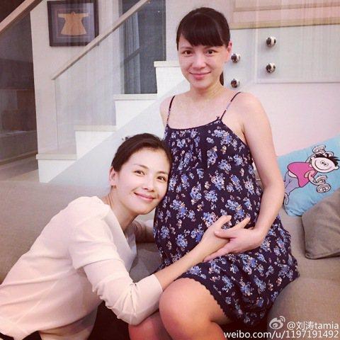 李心潔懷了雙胞胎後,就心待在馬來西亞待產,好友劉濤特前去探望她,還在微博上分享兩人合照,只見已經有五個月身孕的李心潔,一臉素顏肚子超大,網友看了直呼真是「巨肚女神」。