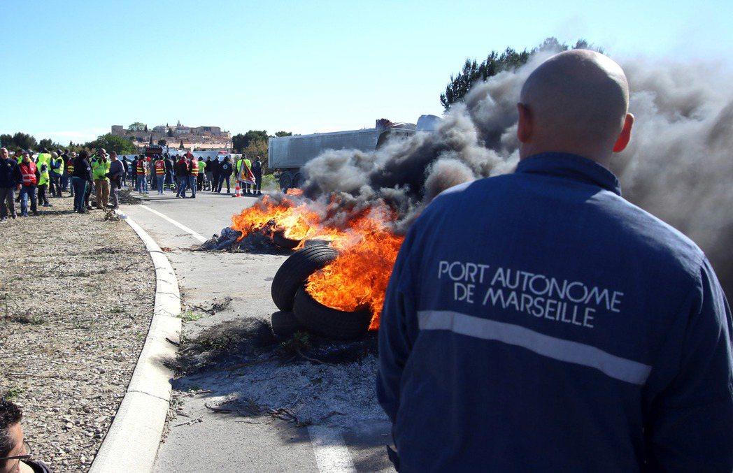 抗爭者封鎖運油港口的交通。 圖/美聯社