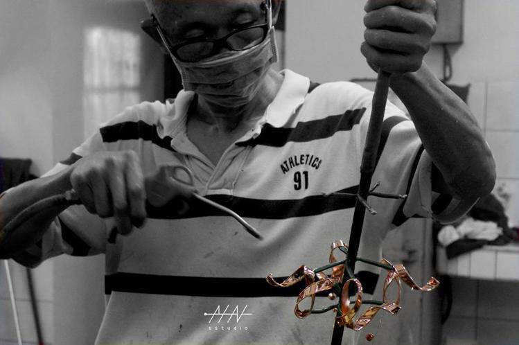秉威電鍍的蘇老闆,正在處理黃銅電鍍玫瑰金的女性禮賓員胸針。圖/取自PIN sst...
