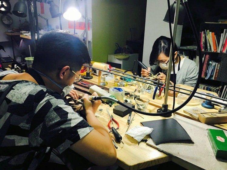 陳映秀和李恆,正在處理女禮賓員胸針。圖/南藝大提供