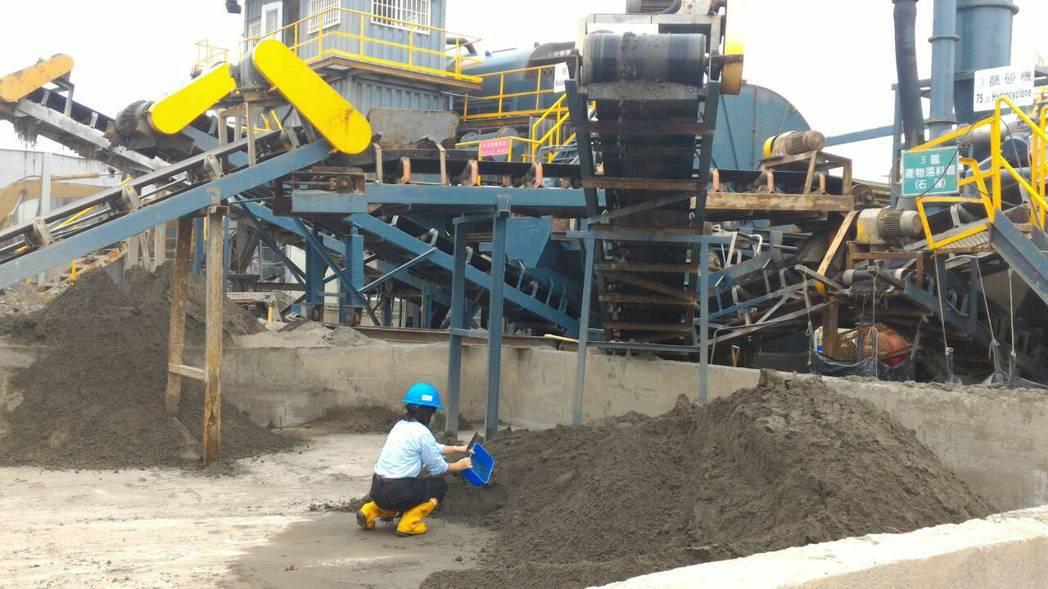中石化公司在台鹼安順廠原址,利用大型機具進行汙染土壤整治。 報系資料照