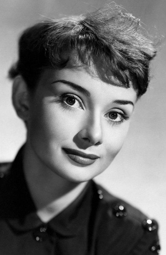 作為那個年代最美麗的女人之一,赫本美麗的秘密就在於她纖長又濃密的睫毛!圖文:悅己...