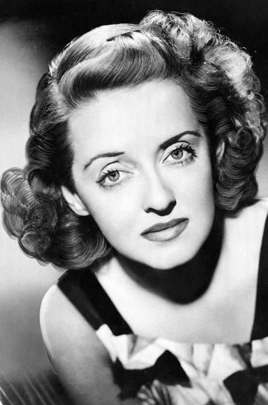 Bette Davis擁有一雙迷人眼睛的秘訣就在於她每晚睡覺前都會用黃瓜片敷眼睛...