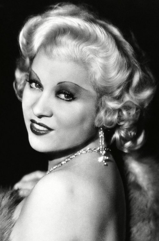 Mae West是上世紀三十年代性感的代名詞,她的魅力就在於她恰到好處的捲髮。圖...
