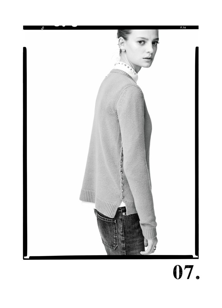 Rockstud Untitled系列包括經典風衣及圓領套頭毛衣等。圖/VALE...