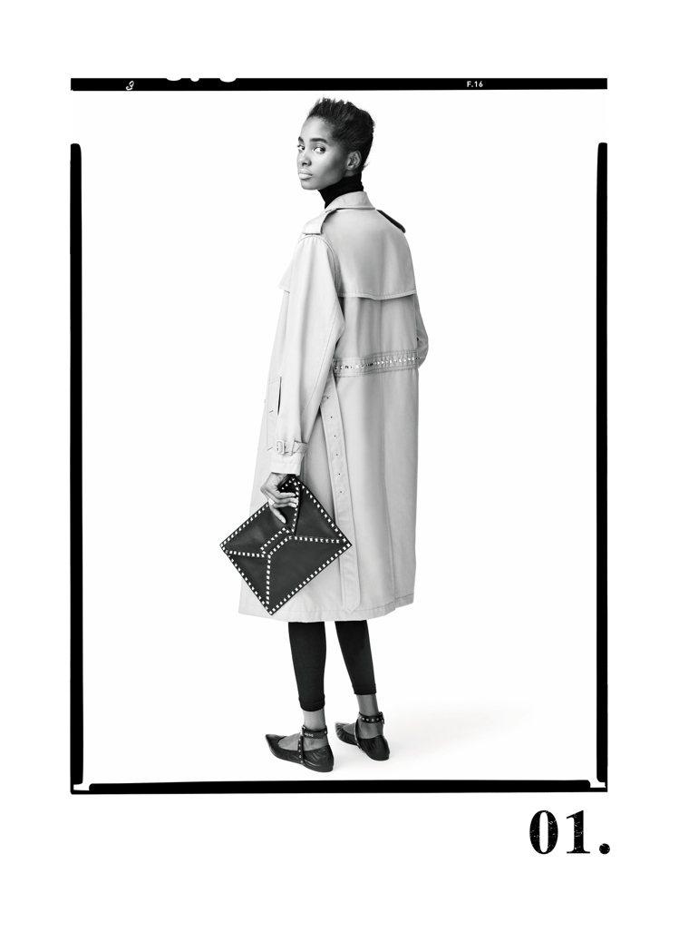 Rockstud Untitled系列運用經典的金色金字塔鉚釘,取代精品的針縫線...