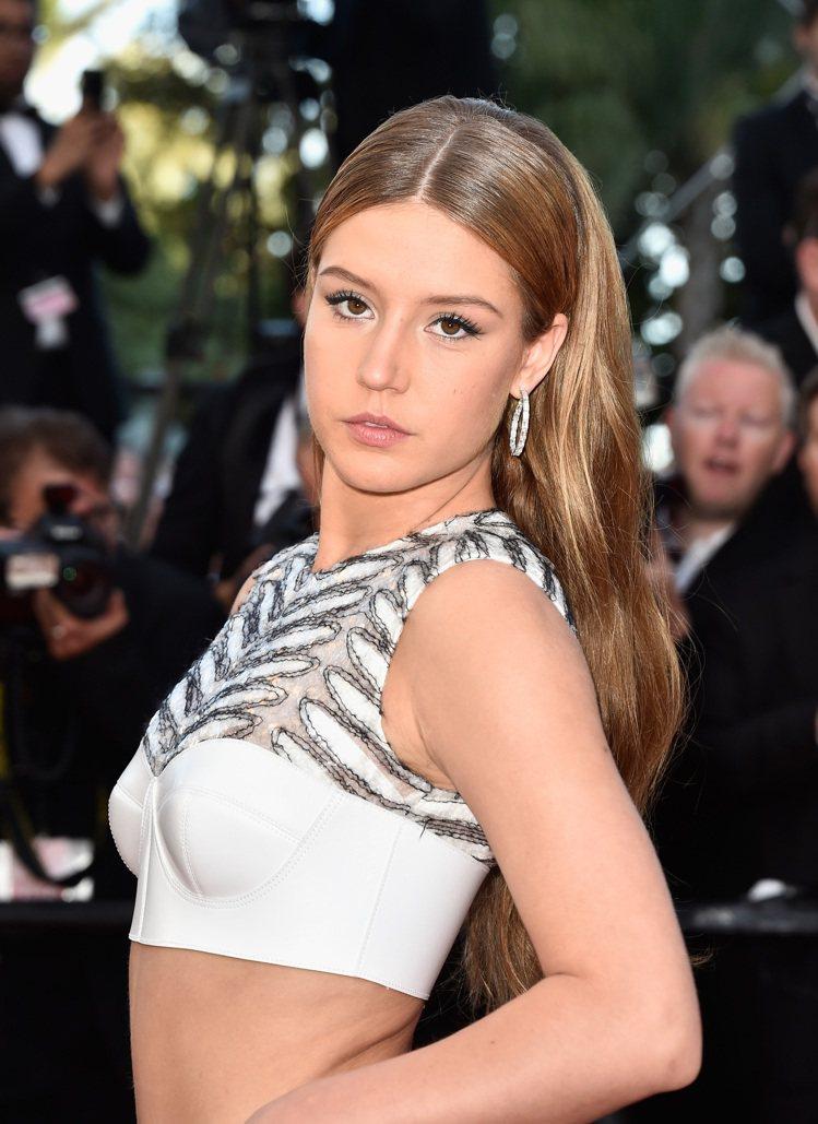 法國女星愛黛兒艾克阿切波洛斯配戴蕭邦頂級珠寶系列鑽石耳環、同系列總重103.89...