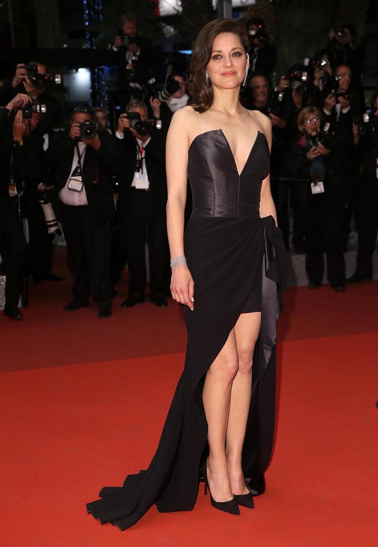影后瑪莉詠科蒂亞穿Dior黑色特別訂製禮服出席「是世界盡頭Its only th...