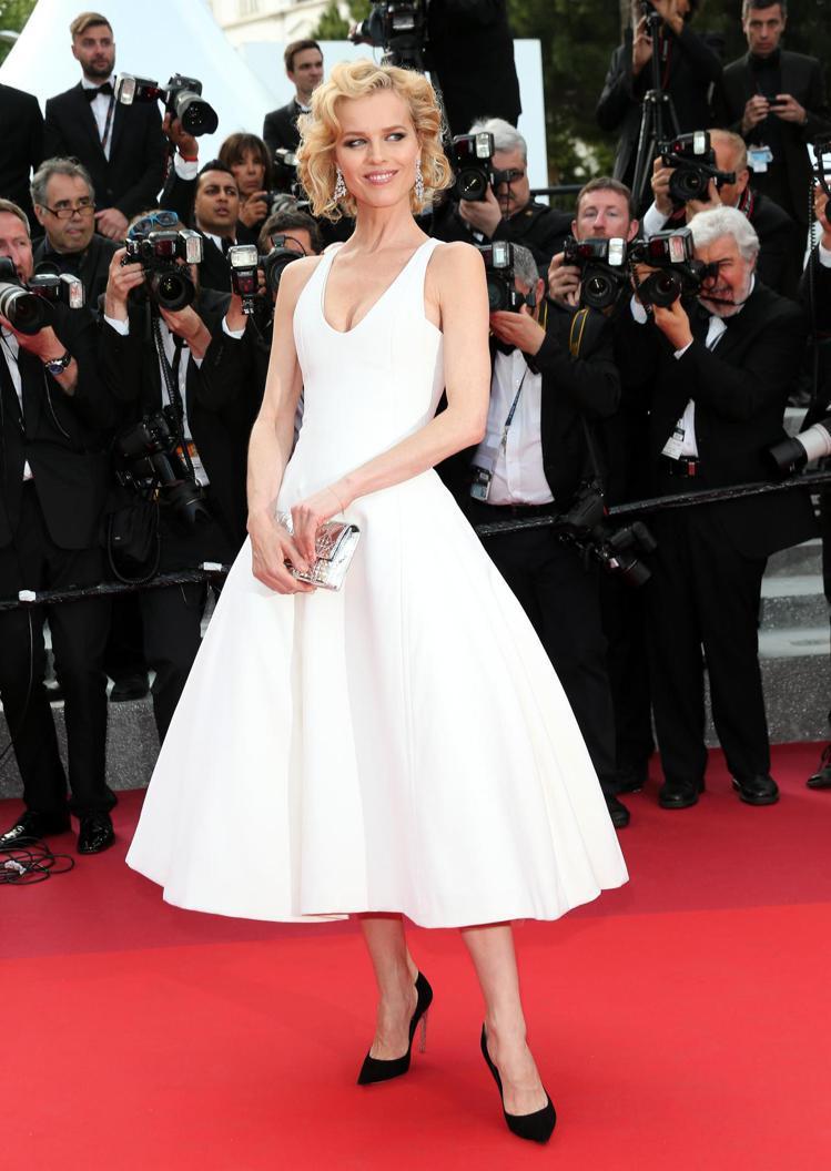 超模伊娃赫茲高娃穿Dior訂製禮服,優雅身影宛如瑪麗蓮夢露。圖/Dior提供
