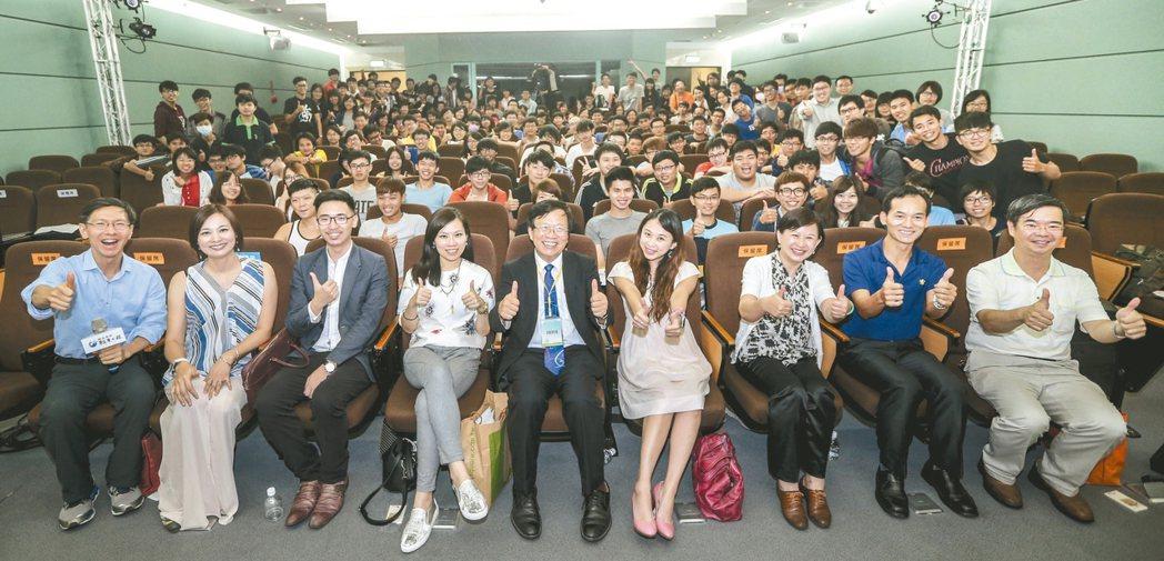 由聯合報系願景工作室所推動的「青年開路論壇」昨天在嘉義大學舉行,講師與學生在論壇...