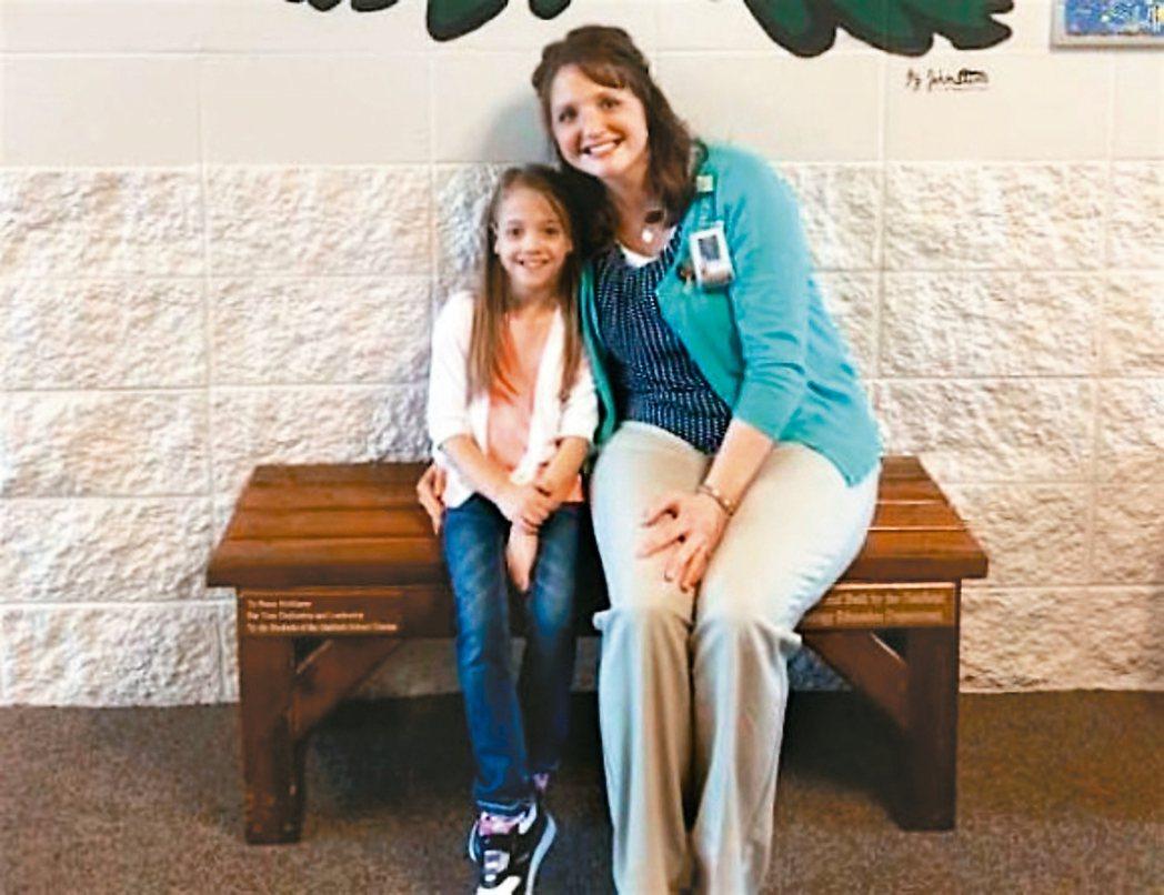美國威斯康辛州老師茱蒂.施密特捐腎給學生娜塔莎.福勒,傳為美談。 取自網路,娜塔...