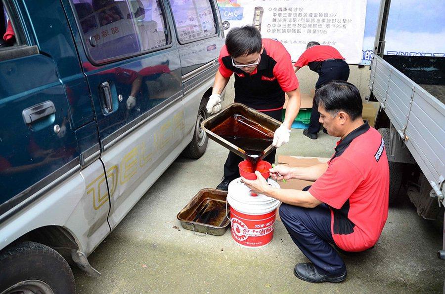 中華三菱偏鄉車輛健診 免費替原民更換機油。 中華三菱提供