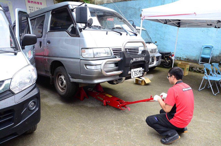 中華三菱前進偏鄉成立行動健檢站幫原民免費更換機油。 中華三菱提供