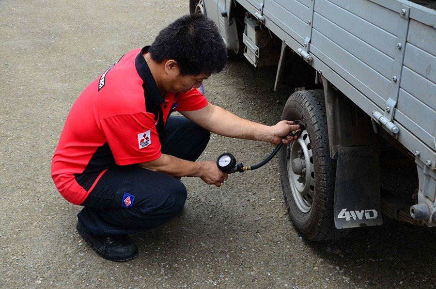 中華三菱技師車輛健診 為原民守護行車安全。 中華三菱提供