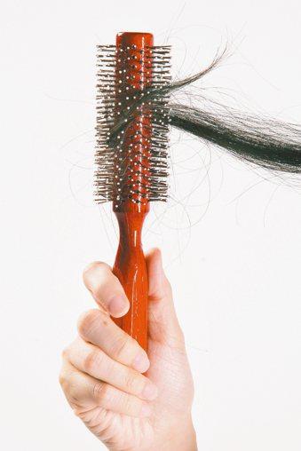 一名年近30的女性非常在意自己一頭長髮,只要多掉幾根頭髮,就焦慮不已,上皮膚科檢...