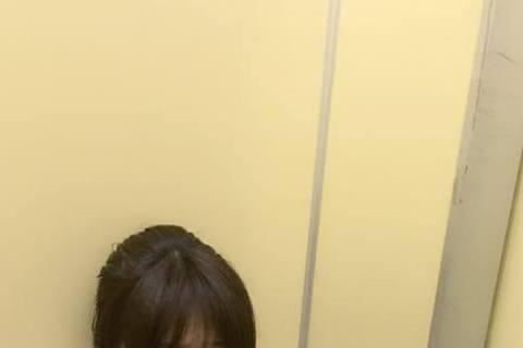 李佩甄昨天晚上跟老公搭電梯的時候不慎被困在裡面,超過半個小時沒人來救,她們開玩笑說還好電梯裡面有網路,兩夫妻趁著空檔還可以刷手機,狀況貼到臉書之後,有一堆好朋友擔心,也有人開玩笑說你們可以順便生小孩...