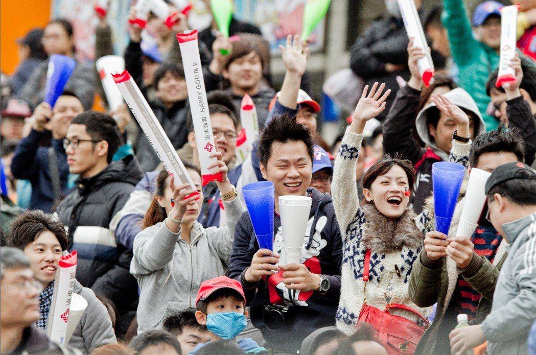 2013年的經典賽曾經帶給台灣球迷滿滿感動,但如今棒協放棄申辦的消息傳出,讓人不禁想到四年一晃眼就過去了,台灣棒球是否有為2017年的經典賽提出訓練計畫? 圖/聯合報系資料照片