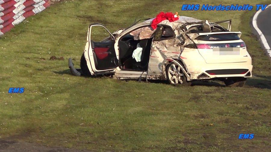 整輛車呈現半毀狀態,幸好駕駛僅有輕傷。 截自EMS Nordschleife ...